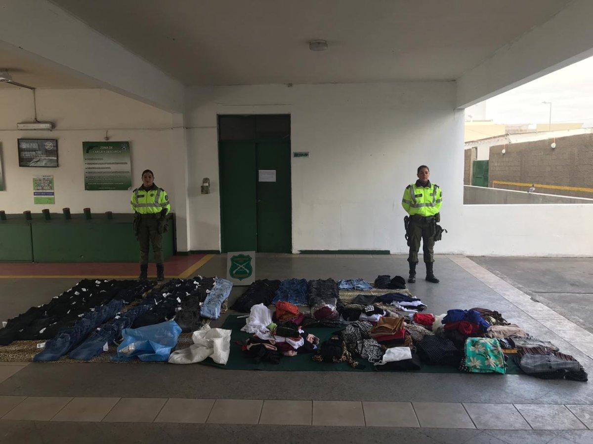 Carabineros detiene a tres personas en Alto Hospicio tras robar local comercial en Iquique.