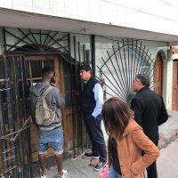 Gobernador y Director de Serviu se coordinan para desalojar casa tomada por migrantes.