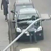 Carabineros de la 1ra. comisaría detiene a 2 sujetos por robo de batería frente al hospital.