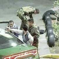 Carabineros de la 1ra. Comisaría detiene a dos sujetos robando accesorios de vehículo.