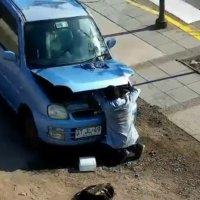 Carabineros de la 1ra. comisaría detiene a sujeto robando accesorio de vehículo.