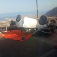 Fatídico accidente en ruta A-16 terminó con mujer fallecida tras volcar el móvil.