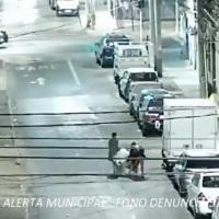 Carabineros y Centro de Alerta Municipal detiene a 3 sujetos desvalijando un camión.