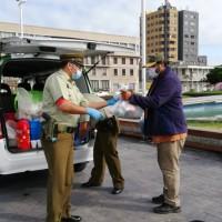 Carabineros entrega ayuda a personas en situación de calle en Iquique y Alto Hospicio.